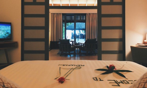 Review JA Manafaru Maldives 1 Bedroom Beach Suite Blick ins Wohnzimmer