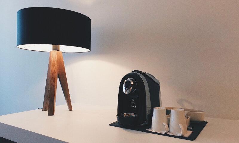 Hotel FourSide Braunschweig Executive Appartment Schreibtisch und Kaffeemaschine