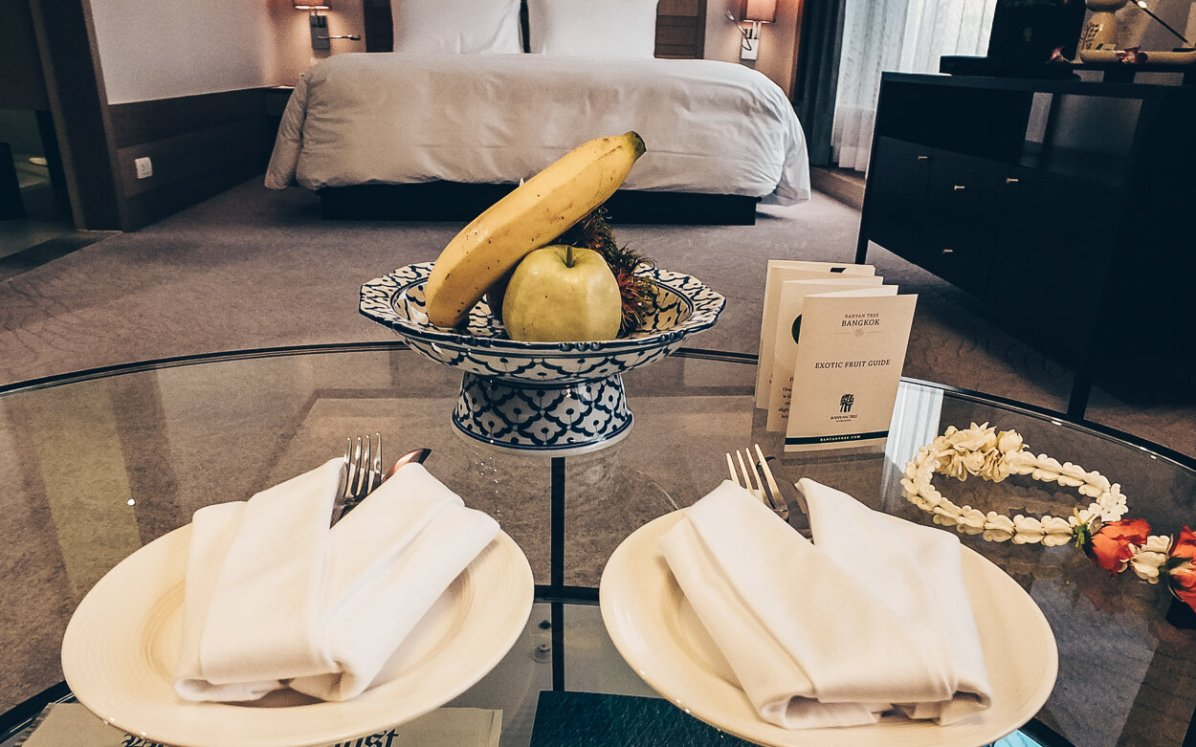 Review Banyan Tree Bangkok Serenity Club Suite Wohnbereich Blick zum Bett