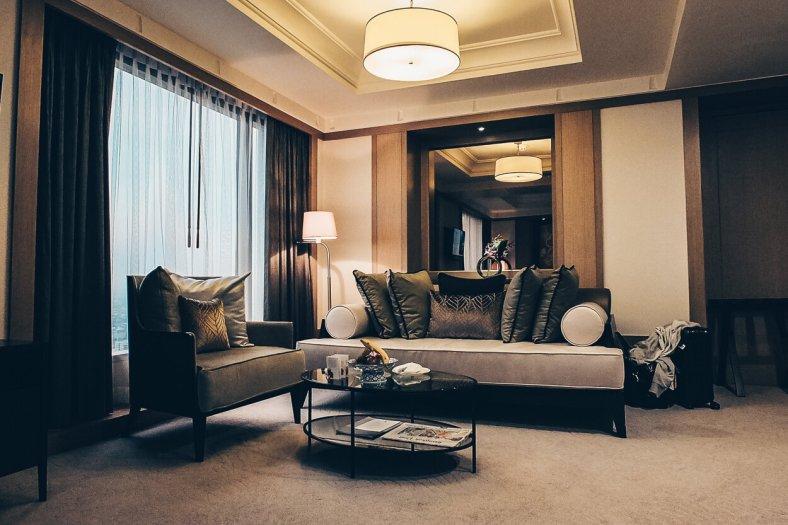 Review Banyan Tree Bangkok Serenity Club Suite Wohnbereich vom Bett aus gesehen