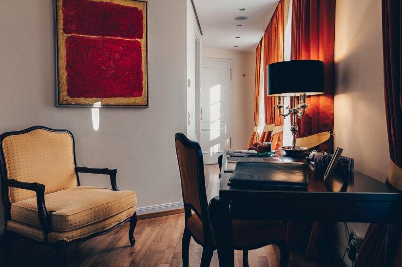 Review Bülow Palais Dresden Hotel Deluxe Doppelzimmer Schreibtisch