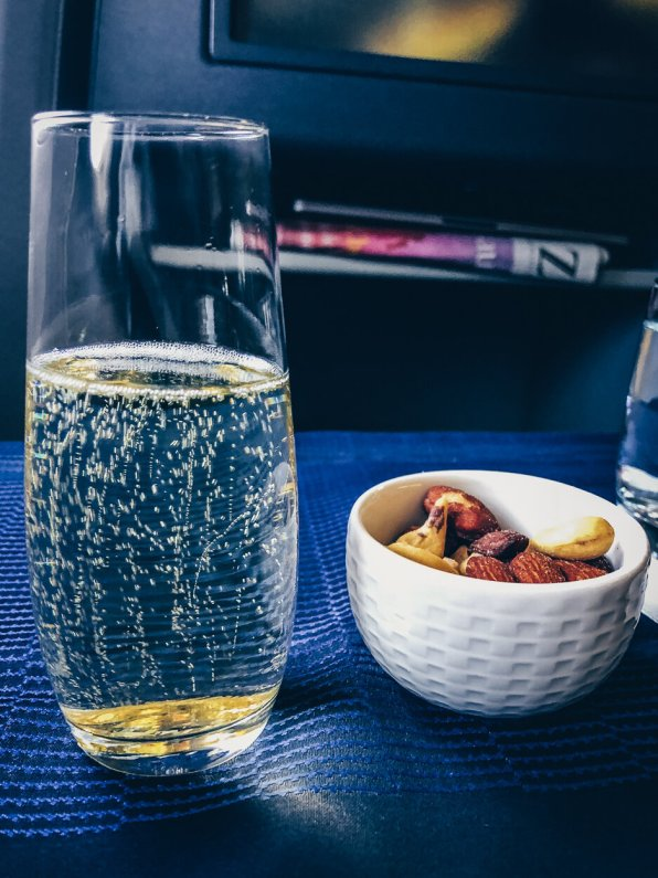 Review United Polaris Business Class Boeing 767 Champagner und warme Nüsse