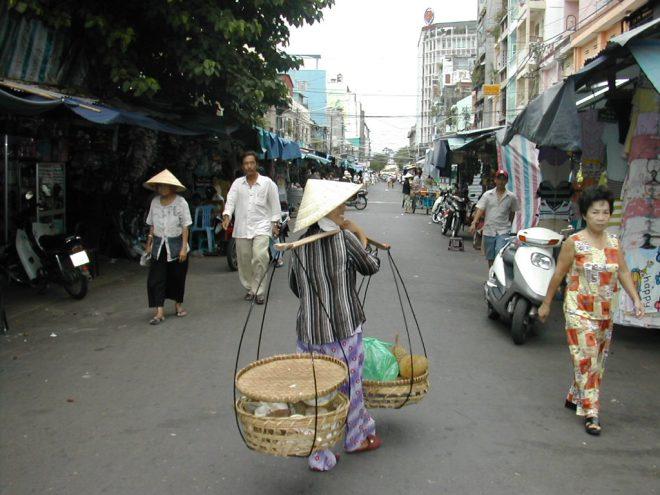 רוכלים ברחובות הו צ'י מין סיטי