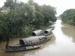 מעגן סירות בכפר של בני הצ'אם בדלתת המקונג
