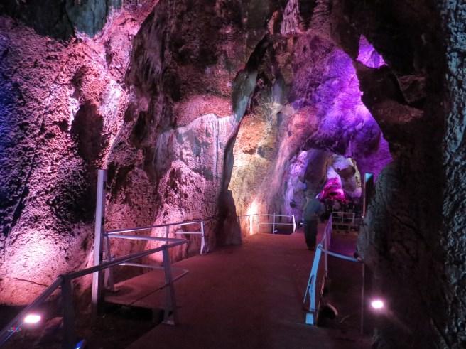 המיצג האורקולי בתוך מערת הנחל בנחל המערות