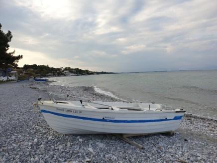 חוף הים בעיירה ליטוכורו