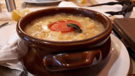 במסעדה בעיירה טסגרדה, יוון
