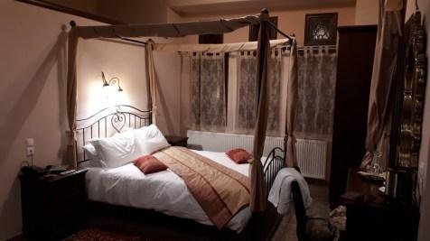 במלון בעיירה טסגרדה, יוון