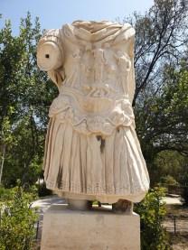 פסלו של הקיסר אדריאנוס באגורה היוונית