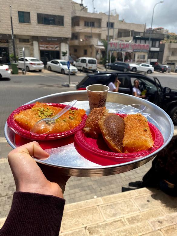 ממתקים וכוס קפה מממתקי אבו זייד במג'דל שמס