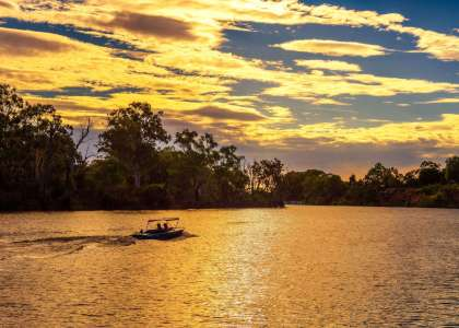 Sunset over Murray river with a boat, South Australia #rivermurray #rivercruise #riverland #southaustralia