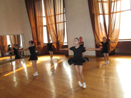 Mangyongdae_Children_Palace_North_Korea_Stanito_dancing_class2