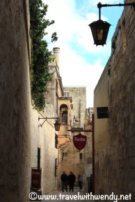 shops-and-restaurants-line-the-narrow-streets-of-ancient-mdina