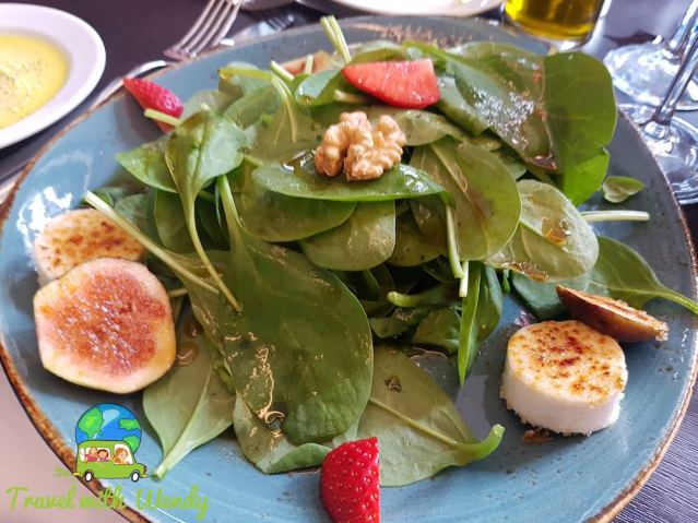 Spinach salad with figs