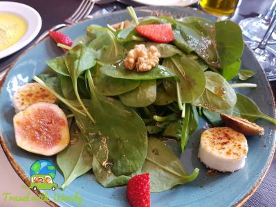 Spinach salad with fig and goat cheese