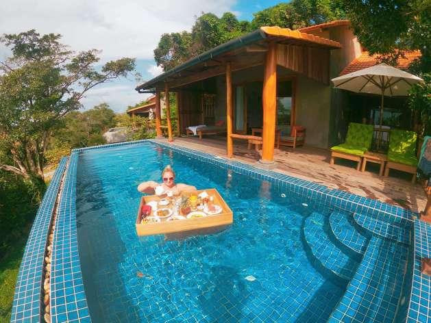 floating breakfast in private infinity pool