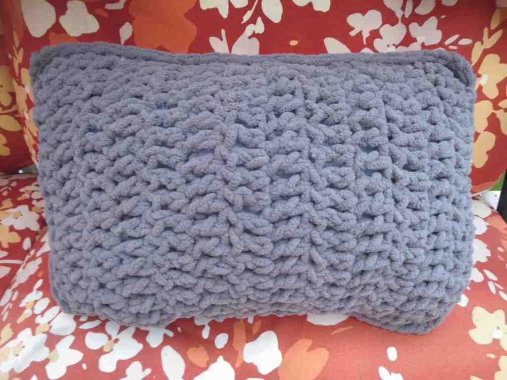 easy crochet travel pillow, free crochet pattern, beginner pillow ...