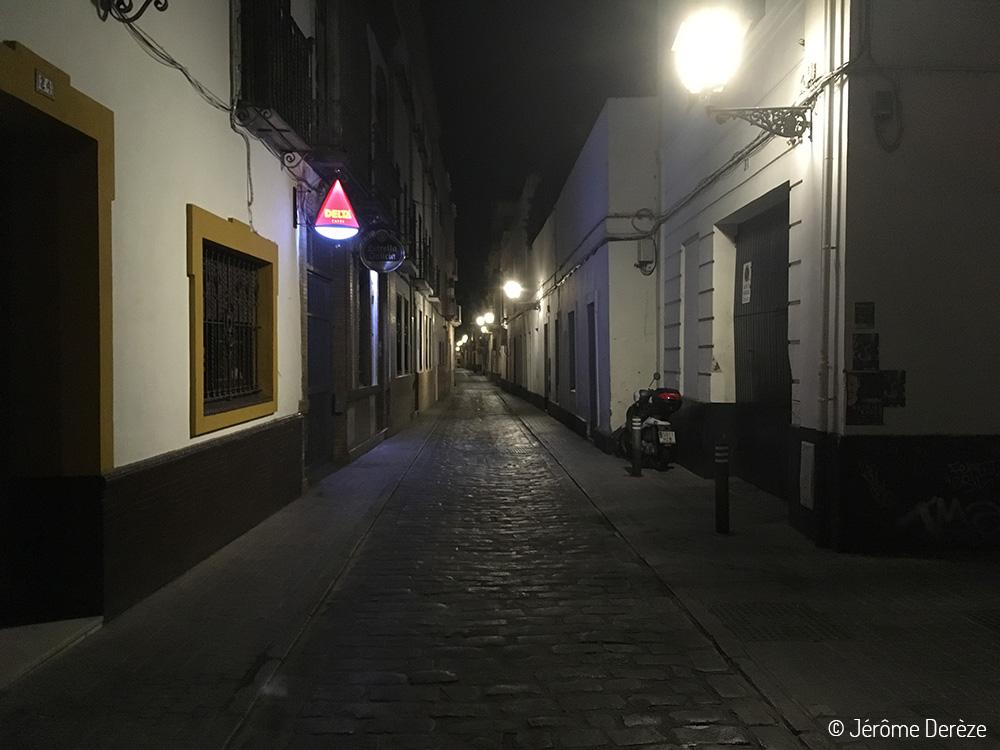 Rue de Séville le soir