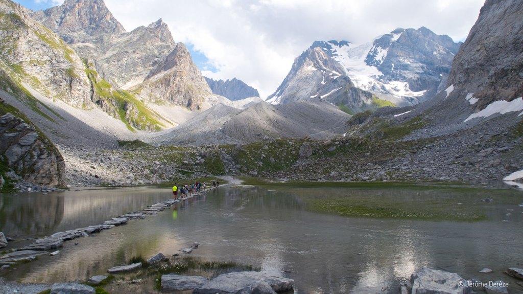 Traverser le lac aux vaches dans la Vanoise