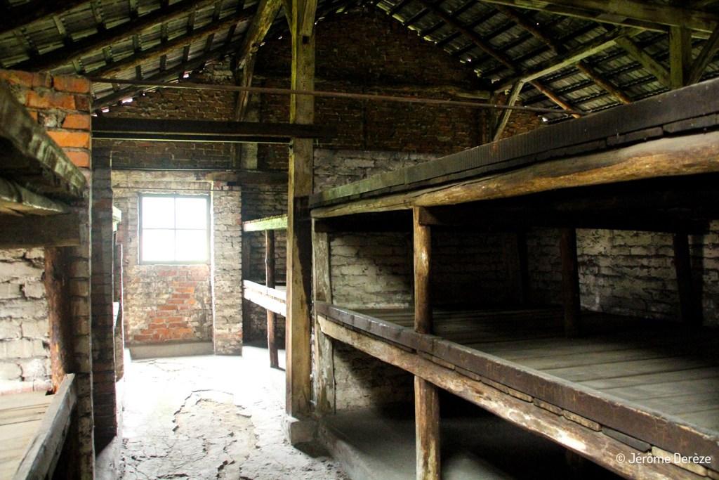 Intérieur d'un baraquement à Auschwitz-birkenau