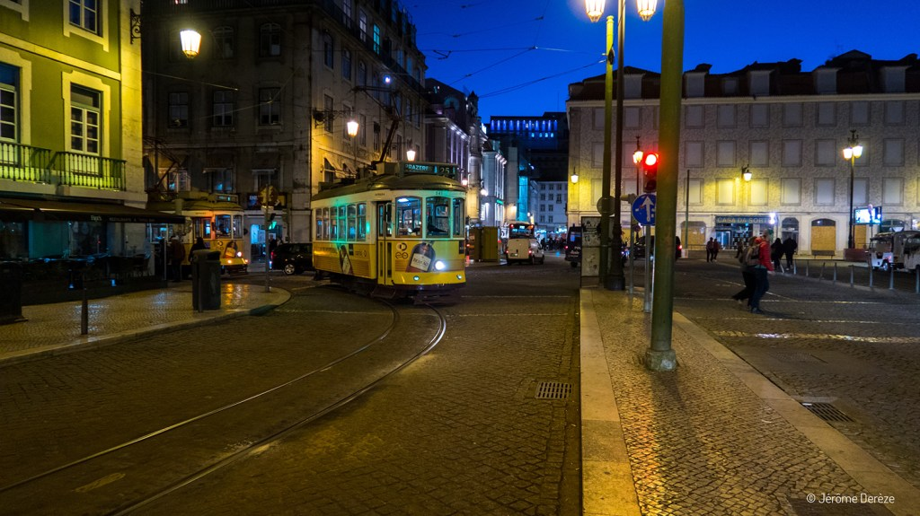 Tram à Lisbonne de nuit