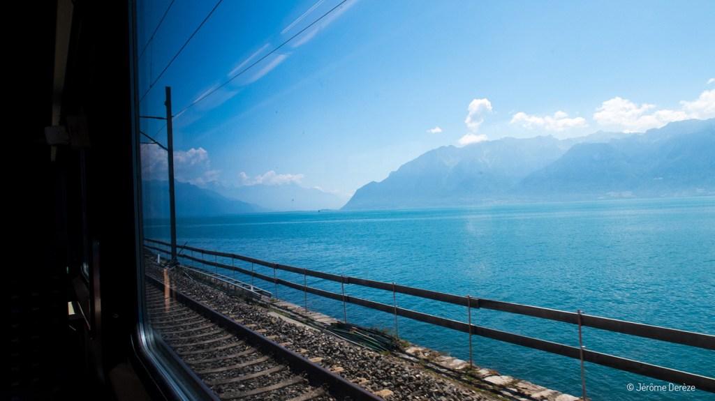 train suisse avec vue sur le lac Léman