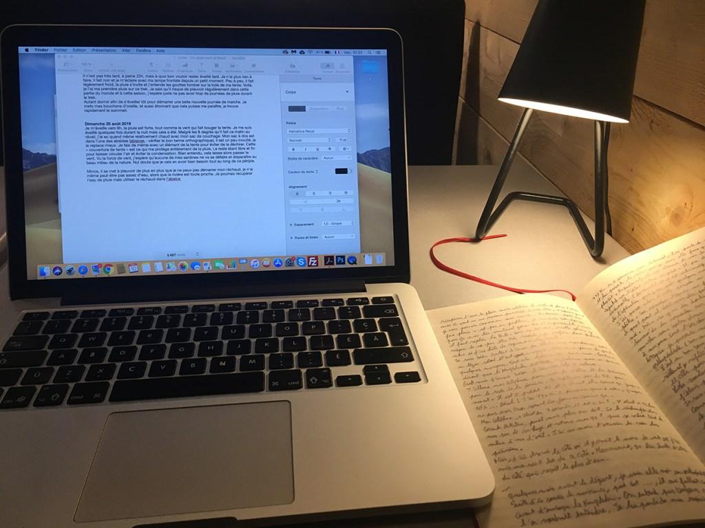 Écrire un livre en auto-édition dans un café