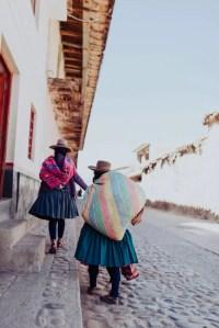 Dos mujeres en la calle. Turismo en Cusco, Perú