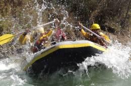 Practicar rafting en los Pirineos
