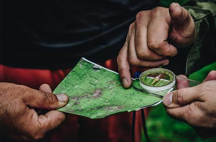 Aprende a usar el mapa y la brújula / Foto: Daniil Silantev