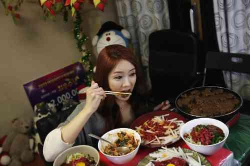 """mukbang - Trend """"Mukbang"""" berasal dari Korea yang mendunia"""