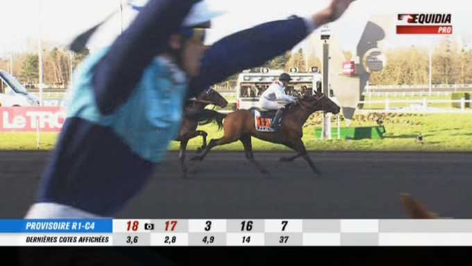 Eric Raffin jubler over sejren med Roxane Grif, men er tæt på at blive snydt af Tiego d'Etang. Fra Equidia-kanalen