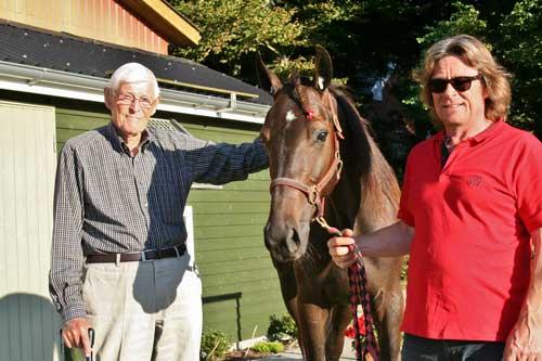 93-årige JensGrøn med Bruce Simoni og træner Frantz Praem