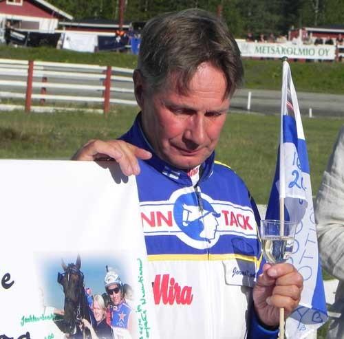 Jorma Kontio var synligt rørt, da han bkev hædret for sin sejr nummer10.000 Foto Illka Nisula