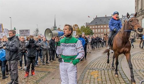 Kenneth Nielsen greb megafonen på Slotsplasdsen i torsdags og talte travsportens sag.