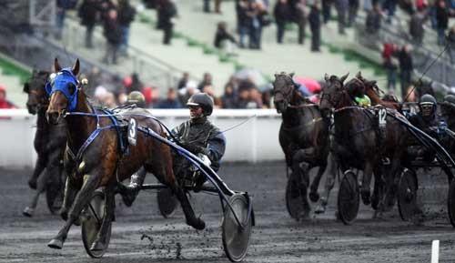Timoko med Bjørn Goop vinder sikkert Prix de Bourgogne foran et hårdt kæmpende felt. Foro Gerard Forni
