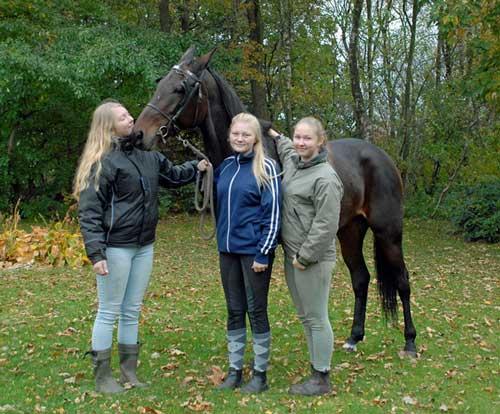 Worst Nightmare omgivet af sine piger inden afrejsen til Norge. Privatfoto