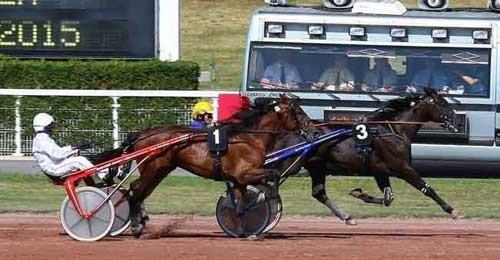 Jean Pierre Dubois bringer sin egen Chatearoux til sejr foran italienske Tesero Deglei Dei med Pietro Gubellini. Foto Geny.com