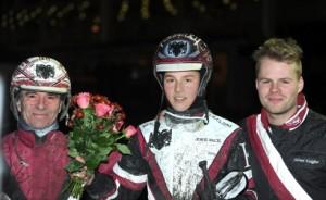 15-årige Dante Kolgjini flankeret af farmand, Lutfi og storebroder Adrian efter debutsejren i tirsdags. Kanal 75