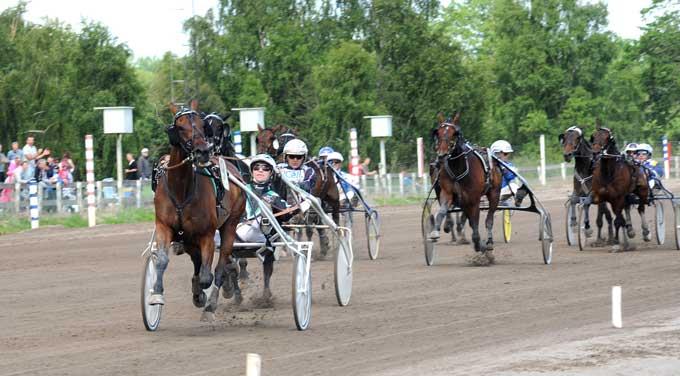 Maven med Johnny Takter vinder efter behag i ny banerekord 1.11.6a/2140 m - Kanal 75.