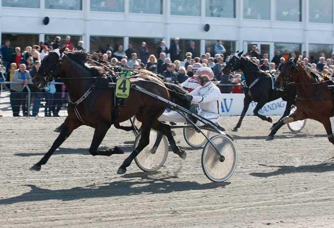 Partout Simoni med Flemming Jensen vinder Jubilæumspokalen foran udvendige Repay Merci med Knud Mønster. Foto Flemming Anderseb