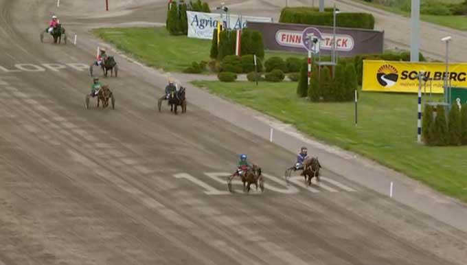 Ponyløbet 100 m før mål, hvor to ekvipager har skilt sig klart ud. Oliver S. Juul er på femtepladsen,