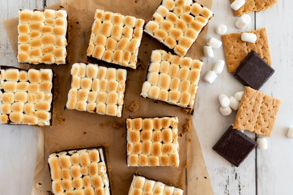 S'mores Traybake with graham crackers, chocolate and marshmallows