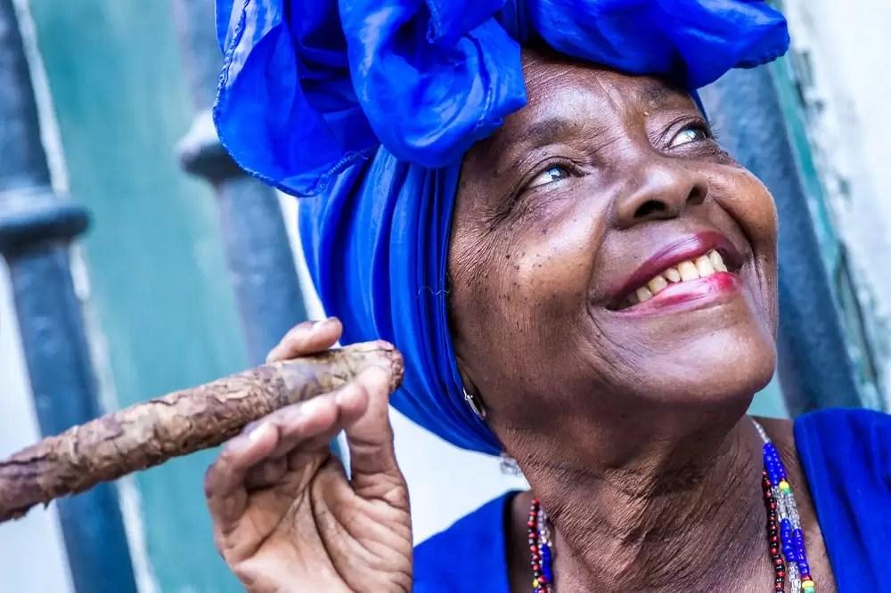 Kubanka paląca cygaro