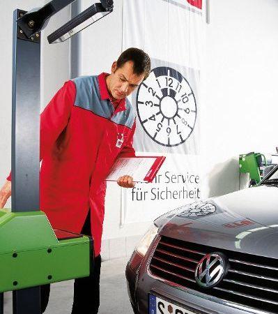Prüfer prüft KFZ-Scheinwerfer