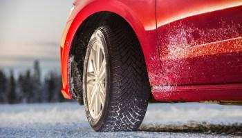 Wenn die Reifen bis auf die gesetzlich zugelassene Mindest-Profiltiefe heruntergefahren sind: Da kommt der Wagen fast 20 Meter später zum Stehen als mit neuen Pneus. Foto: Continental/TRD Pressedienst