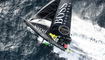 Helicopter Blick auf Thomson sailing HUGO BOSS in Vendee Globe