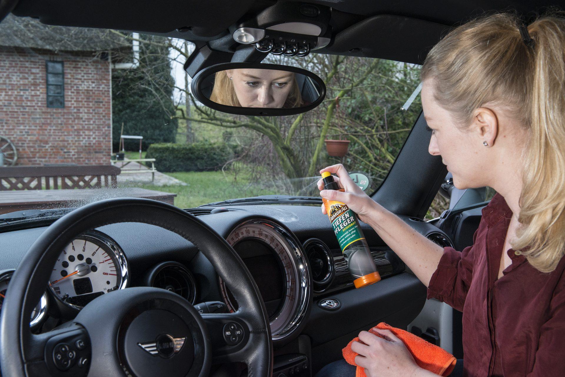 Frau im Auto bei Autoplege