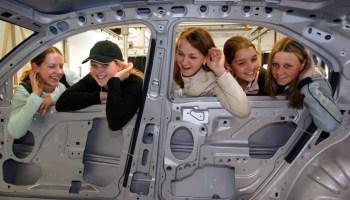 Mit Spaß und interessanten Aktion sollen Mädchen für technische Berufe in der Autobranche begeistert werden. © Ford / TRD mobil