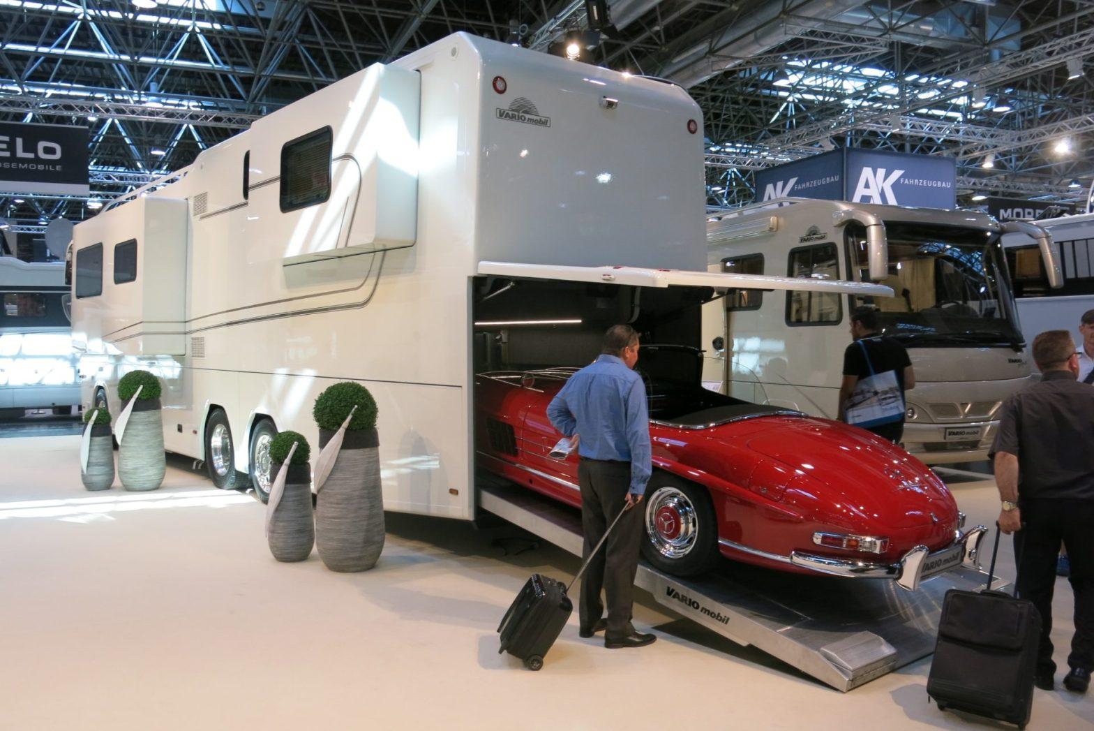 Auto fährt in großes Reisemobil